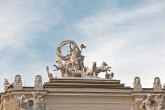 Estatua de un edificio de una ópera Imágenes de archivo libres de regalías