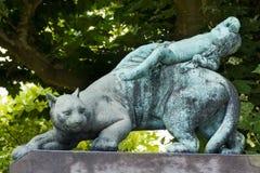 Estatua de un gato y del bebé fotografía de archivo libre de regalías