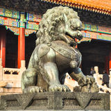 Estatua de un león cerca de la puerta en el palacio de Pekín imagenes de archivo