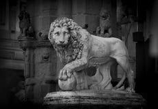 Estatua de un león en el cuadrado de Signoria en Florencia, Italia Fotografía de archivo libre de regalías