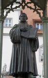 Estatua de un sacerdote o de un escolar en trajes Imágenes de archivo libres de regalías