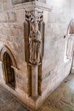Estatua de un santo colocado en el claustro de la catedral de Evora, la catedral más grande de Portugal Imagen de archivo libre de regalías