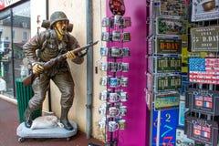Estatua de un soldado de WW2 en Sainte-Mère-Église en Normandía, monumento de aterrizaje en Francia, tienda de souvenirs imagenes de archivo
