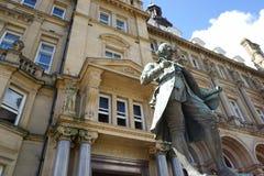 Estatua de una figura fuera de una oficina de correos Fotografía de archivo