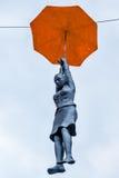 Estatua de una muchacha con un paraguas en Praga Fotografía de archivo
