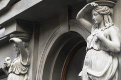 Estatua de una mujer con una máscara cerca del edificio del teatro en Crimea Fotos de archivo