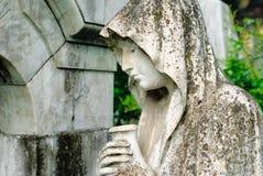 Estatua de una mujer en cementerio Fotografía de archivo libre de regalías
