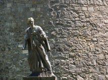 Estatua de una mujer en Kilkenny delante de una pared fotografía de archivo