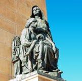 Estatua de una mujer y de un niño fotografía de archivo libre de regalías