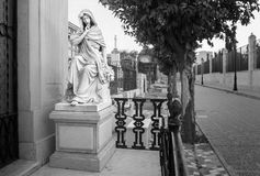 Estatua de una virgen en un cementerio cristiano en Málaga España fotos de archivo libres de regalías