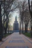 Estatua de Vladimir el gran paisaje urbano excesivo imagenes de archivo