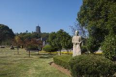 Estatua de zhou peiyuan y de la torre del wenfeng en el salón de la fama longshan de yixing imagen de archivo libre de regalías