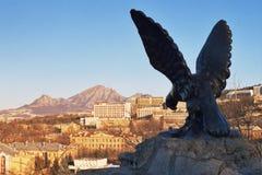 Estatua del águila en centro turístico del placer del emblema en Pyatigor Fotos de archivo libres de regalías