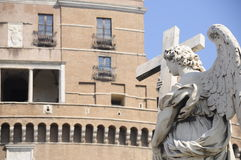 Estatua del ángel con crucifijo fotos de archivo