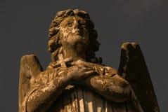 Estatua del ángel con la cruz Imagen de archivo libre de regalías
