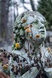 Estatua del ángel del bebé en el cementerio Fotografía de archivo