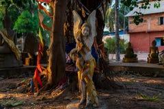 Estatua del ángel en el círculo de Buda en un templo camboyano fotografía de archivo libre de regalías