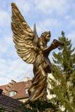 Estatua del ángel en el tejado de la parada en el mercado de Navidad, Stuttgart Fotos de archivo libres de regalías