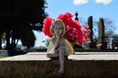 Estatua del ángel que susurra en cementerio Imagenes de archivo