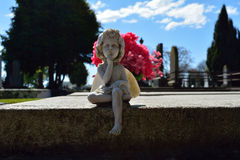 Estatua del ángel que susurra en cementerio Imagen de archivo libre de regalías