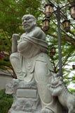 Estatua del amo de Kungfu con el león Fotos de archivo