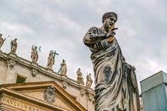 Estatua del apóstol Peter delante de la basílica de San Pedro, V Fotografía de archivo