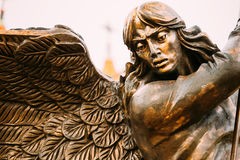 Estatua del arcángel Michael With Outstretched Wings Before C roja Fotografía de archivo