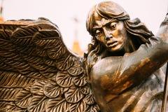 Estatua del arcángel Michael With Outstretched Wings Before C roja Fotografía de archivo