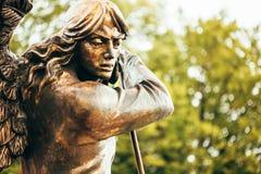 Estatua del arcángel Michael With Outstretched Wings Before C roja Fotos de archivo