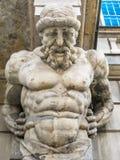 Estatua del atlas que sostiene un pórtico Foto de archivo libre de regalías