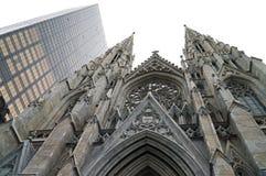 Estatua del atlas y la catedral de St Patrick en New York City fotografía de archivo