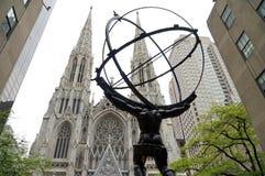 Estatua del atlas y la catedral de St Patrick en New York City fotos de archivo libres de regalías