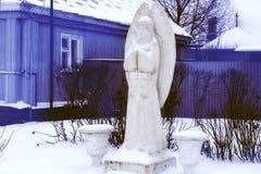 Estatua del blanco del ángel de la mujer, en la iglesia Fotos de archivo