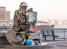 Estatua del bombero en el lugar Jersey City del intercambio Imagen de archivo libre de regalías
