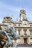 Estatua del caballo antes ayuntamiento Lyon Imagenes de archivo