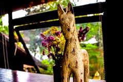 Estatua del caballo en la tienda del coffe imagen de archivo