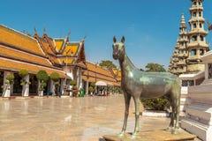 Estatua del caballo en Wat Suthat, Bangkok en Tailandia Imagen de archivo libre de regalías