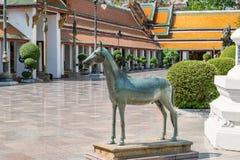 Estatua del caballo en Wat Suthat, templo real en el oscilación gigante en Bangkok en Tailandia Imágenes de archivo libres de regalías