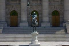 Estatua del caballo fuera de buildiing Foto de archivo