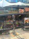 Estatua del cantante británico Amy Winehouse situado en el mercado de los establos en Camden Town, en Londres del norte imagen de archivo