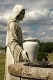 Estatua del cementerio de la mujer en el receptor de papel Imagenes de archivo
