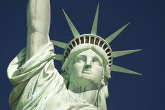 Estatua del cielo azul del primer de la libertad horizontal Foto de archivo libre de regalías