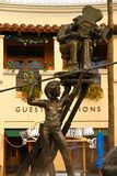 Estatua del cineasta en Universal Studios imagen de archivo libre de regalías