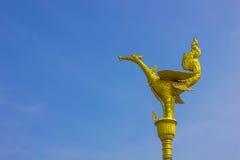 Estatua del cisne con el cielo azul Foto de archivo