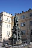 Estatua del cuarto de rey Charles IV Karolo cerca de Charles Bridge en Praga Imagen de archivo libre de regalías