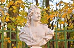 Estatua del día de la alegoría en jardín del verano fotografía de archivo