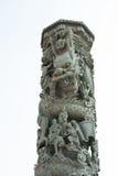 Estatua del dragón antiguo del estilo chino alrededor de un polo de piedra Fotos de archivo