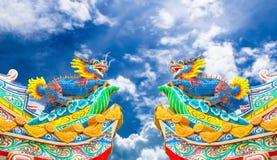 Estatua del dragón del estilo chino con el cielo azul Foto de archivo libre de regalías