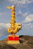Estatua del dragón en cielo azul con la nube Fotografía de archivo libre de regalías