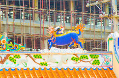 Estatua del dragón en el tejado del templo de China Fotografía de archivo libre de regalías
